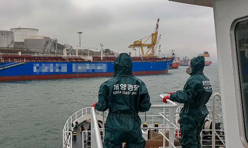 여수해경 방제정에서 화학보호복을 착용한 해양경찰관들이 나프타 유출 사고선박 주변의 추가오염 여부를 확인하고 있다..png
