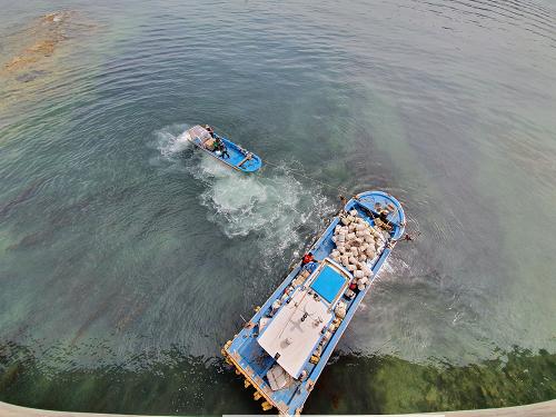 (200514)통영해경, 통영 해간도 해상 좌초 선박 발생 구조(사진3).png
