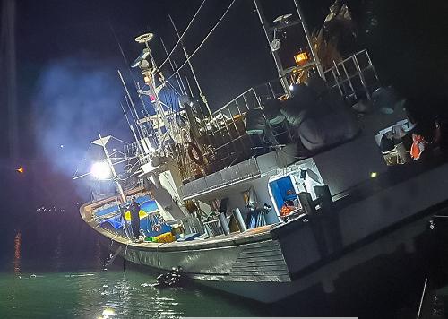 200521-여수해경, 암초지대 좌초 어선 승선원 10명 전원구조 (1).png