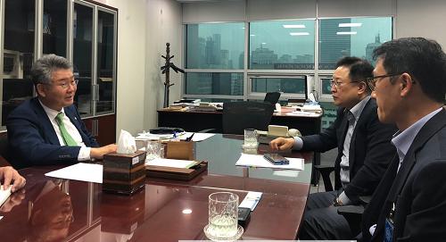 의원실에서 대한항공 임원진과 면담중인 김회재 국회의원.png
