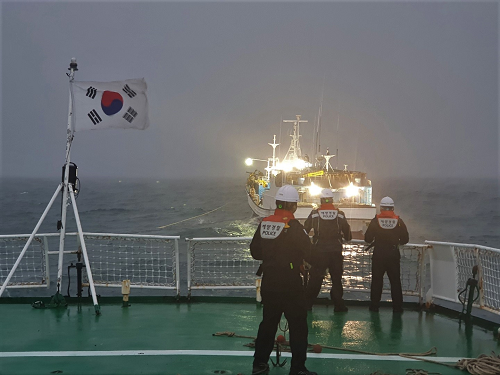 목포해양경찰서     경비함정(1509함)이  자력항해 불가 60톤급 어선 A호를 안전해역으로 이송하고 있다.png