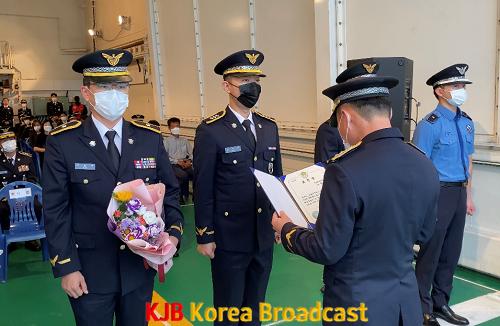 해양경찰의 날을 맞아 정부포상 및 표창 수상자에게 상장 및 꽃다발을 전달했다(1).png